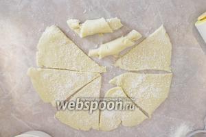 Разрезать на 8 сегментов и каждую часть свернуть рогаликом, начиная с широкой стороны.