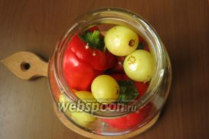 Укладываем перцы в банку (1,5 л), 6 штук, можно положить несколько ягод отдельно, между фаршированными овощами.