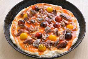 Выложите сверху кусочки сардин, нарубленные анчоусы и половинки томатов черри.
