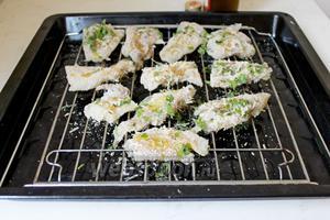 Каждый кусочек рыбы хорошо обвалять в смеси из сухарей и сыра и выложить на решётку (под решётку подложить противень, на него будет стекать сок). Сбрызнуть оливковым маслом. Выпекать при 200°C 15-20 минут.