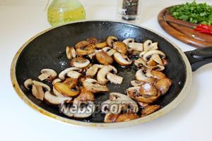 Обжаренные шампиньоны выложить к фасоли, приправить по вкусу, довести до кипения и проварить вместе 2-3 минуты.