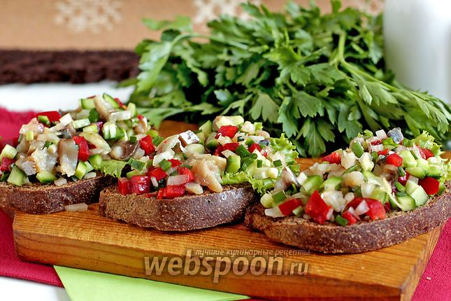 Фото Брускетта со скумбрией и овощами