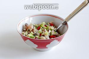 Соединить все нарезаные ингредиенты, полить растительным маслом и перемешать.