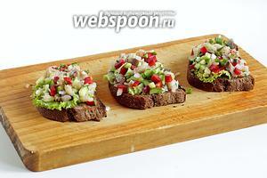Каждый кусочек хлеба смазать горчицей, можно положить сверху по салатному листику (не обязательно) и выложить на хлеб рыбу с овощами. Брускетта со скумбрией готова.