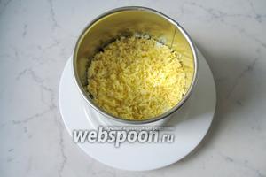Последний слой — желтки, которые можно размять вилкой или натереть на тёрке.