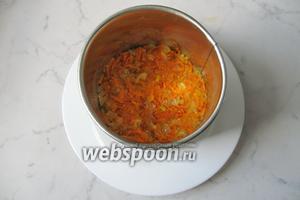 На печень выложить тушёную морковь и лук. Этот слой можно смазать майонезом, но необязательно, так как овощи достаточно сочные.