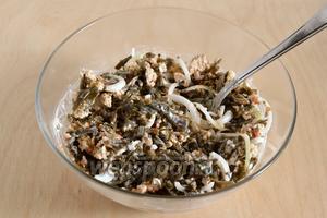 Перемешайте все ингредиенты и сразу же подавайте салат к столу. При желании, в такую закуску, можно добавить немного мелких отварных креветок или кусочки варёной рыбы. Приятного аппетита!