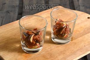 Инжир нарежьте кусочками и разложите по порционным бокалам. Полейте смесью мёда и лаймового сока.