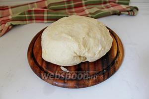 Замесить мягкое эластичное тесто. Завернуть его в плёнку и убрать в холодильник минут на 30.
