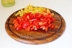 Сладкий перец очистить и нарезать тоже мелким кубиком, добавить к овощам и жарить вместе 2 минуты.