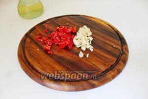 Перец чили и чеснок нарезать мелко.