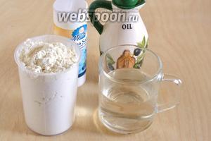 Для приготовления теста возьмите воду, муку (общего назначения) и соль. Также подготовьте масло для обжаривания чебуреков.