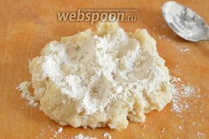 Заварную часть теста остудите на столе до температуры, примерно, 45°С. Затем, подсыпая оставшуюся муку, замесите тесто.