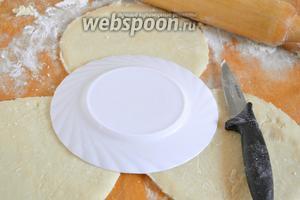 Раскатайте его в тонкий пласт и вырежьте 5 кругов, диаметром около 16 см.
