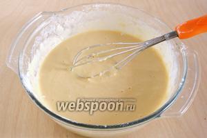 Замесите тесто, по консистенции напоминающее густую сметану. Возможно понадобится чуть меньше или чуть больше муки.