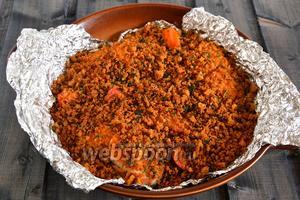 Наше блюдо готово. Хрустящая корочка сверху сочная, нежная рыбка под ней — это очень вкусно. Подавайте блюдо к столу в горячем виде!