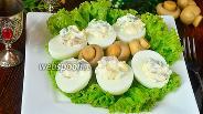 Фото рецепта Яйца фаршированные ананасами, грибами и огурцами
