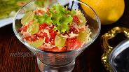 Фото рецепта Салат Сан-тропе с красной рыбой, икрой и виноградом