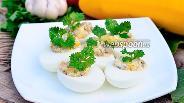 Фото рецепта Яйца фаршированные печёнкой и кукурузой