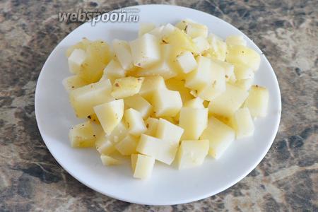 Картофель также нарезаем кубиками.