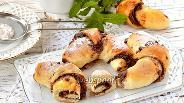 Фото рецепта Дрожжевые рогалики с орехово-шоколадной начинкой
