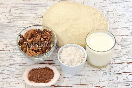 Для приготовления рогаликов с орехово-шоколадной начинкой нам понадобится Сдобное дрожжевое тесто , грецкие орехи, сахар, молоко, какао.