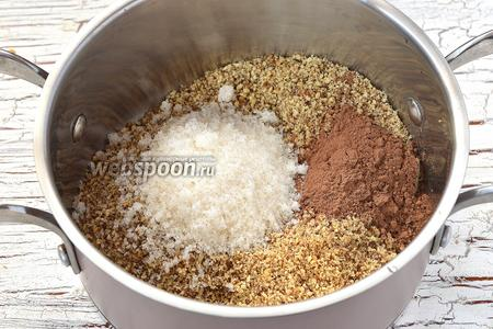 В кастрюле соединить орехи, сахар, какао.