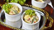 Фото рецепта Порционный омлет с тархуном, горошком и колбасой