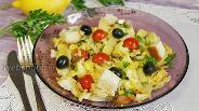 Фото рецепта Сочный салат с маслинами, сыром и сухариками