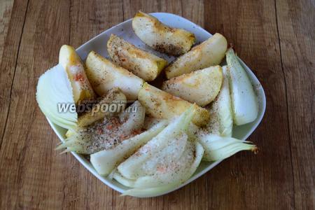 Перекладываем яблоко и лук в тарелку, посыпаем чесночной солью, чёрным молотым перцем и сахаром. Хорошо перемешиваем.