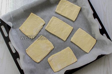 Укладываем тесто на противень, застеленный пергаментом или смоченный водой. Тесто ничем не смазываем.