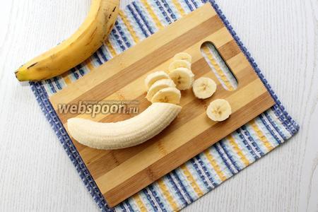 Бананы очищаем и нарезаем кружочками.