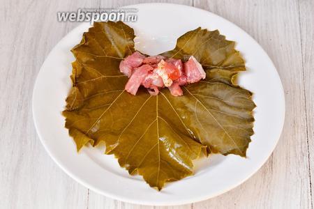 Теперь на виноградный лист накладываем мясо чайной ложкой.