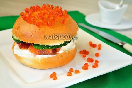 Гамбургер с красной рыбой