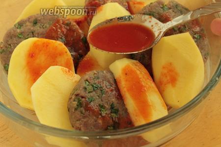 Залить ингредиенты томатной водой и положить немного масла.