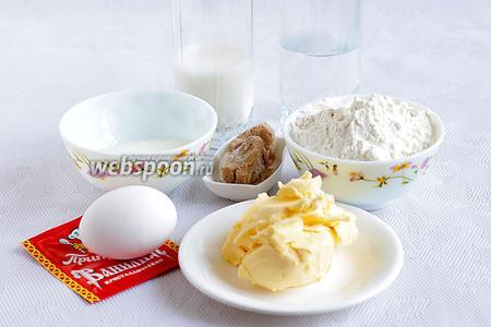 Возьмём тёплую воду, молоко, яйцо, ванилин, сливочное масло хорошо размягчённое, муку, дрожжи, сахар, соль.
