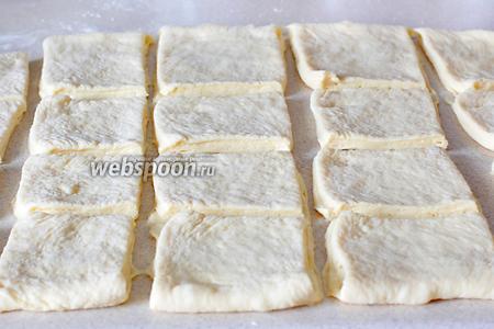 Затем охлаждённое тесто раскатать в пласт 1,5 см и нарезать на одинаковые квадраты.
