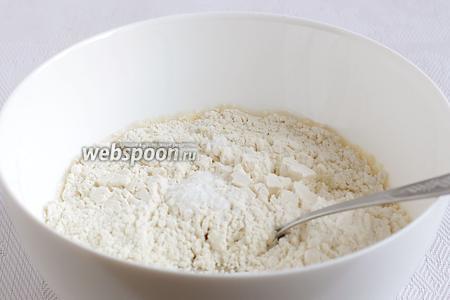 Добавить муку и ванилин. Замесить мягкое тесто. Возможно, муки потребуется чуть больше, в зависимости от её клейковины. Но тесто должно получиться очень мягким, немного липким.