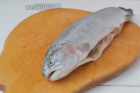 Тушки рыбы разморозить и очистить от чешуи. У этой рыбы чистка происходит легко, чешуя отлетает без усилий, поскребите ножом против роста чешуи. Промойте в холодной воде. Если у вас рыба с требухой, их нужно вычистить и вымыть все внутри. Голову можно отрезать или оставить, на ваш вкус.
