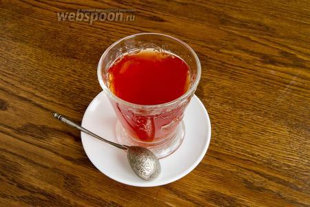 Готовый чай разлейте в тёплые чашки или стаканы. Добавьте мёд по вкусу.