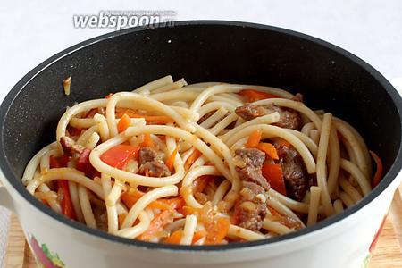 Соединить макароны с мясом и овощами. Слегка перемешать, прогреть ещё всё вместе 5 минут. Довести до вкуса. Блюдо готово.