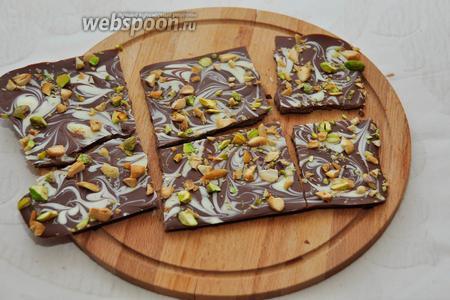 После застывания, потяните за бумагу и вытащите шоколад из формы. Поломайте или порежьте на нужное количество кусочков! Готово!