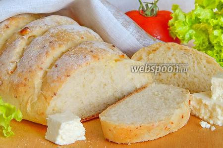 Белый хлеб с брынзой