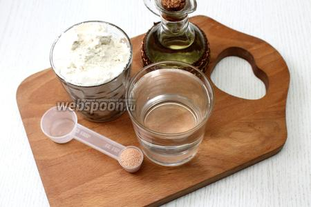 Для приготовления теста нам понадобятся вода, соль, масло оливковое, дрожжи сухие и мука пшеничная.