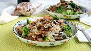 Фото рецепта Морской коктейль с рисовой лапшой и брокколи