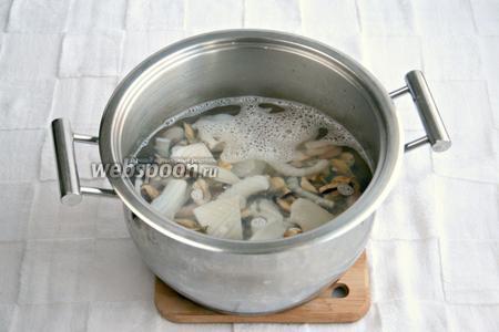 Морепродукты выложить в кастрюлю и залить кипятком на 10 минут.