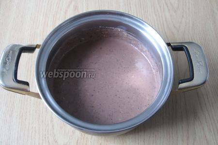 Перемешиваем крем с конфетами и охлаждаем его. Шоколадная часть десерта готова.