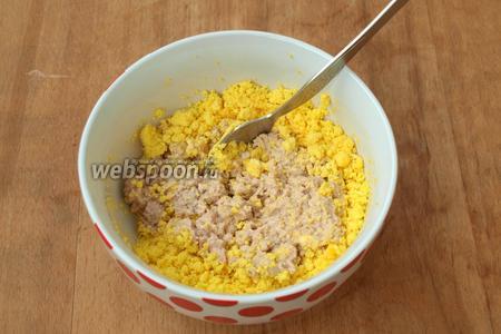 Соединить желтки с печенью и перемешать. Добавить для однородности масло, в котором находилась печень, или вместо него можно добавить майонез. Солить начинку по вкусу. Для меня всегда печень достаточно солёная, но это дело вкуса
