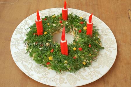 Укроп разделить на мелкие веточки, можно также измельчить немного зелёного лука. Оформить зеленью верх салата, вынуть аккуратно стакан. В кольце сделать небольшие лунки и вставить свечки. Праздничный салат со свечами готов! С Рождеством Христовым!