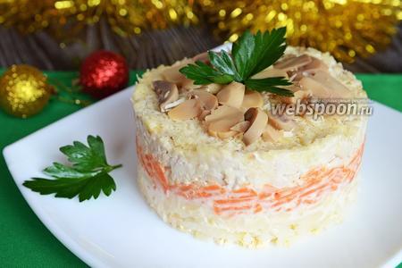 Салат с индейкой, орехами и грибами